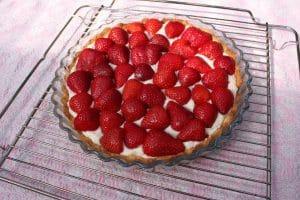 Grillet jordbærtærte - friske bær på cremen
